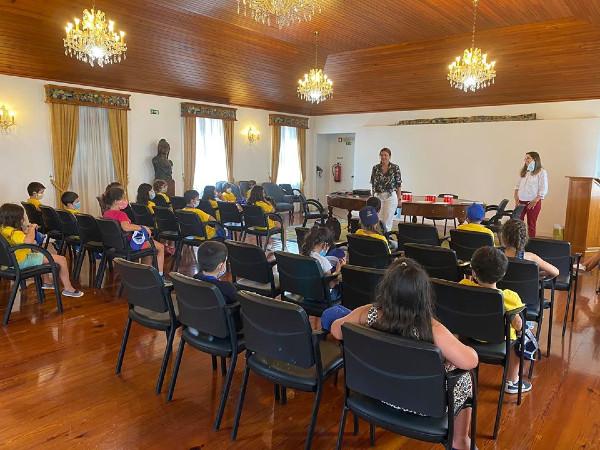 Crianças do Campo de Férias - Ponta do Sol conhecem o funcionamento da Câmara Municipal
