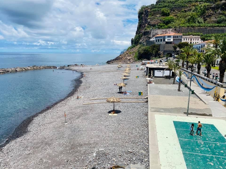 A praia da Vila da Ponta do Sol aguarda pela sua visita!